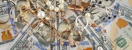 Ambiti di provenienza dei dollari e dei gioielli americani Disposizione piana, vista superiore Fotografie Stock Libere da Diritti