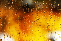 Ambiti di provenienza dell'acqua con le gocce di acqua Il fuoco dietro il vetro bagnato Fotografie Stock