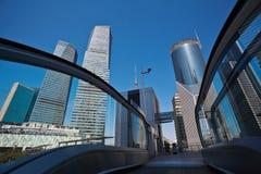 Ambiti di provenienza dell'ufficio di città di Shanghai con la scala mobile dell'ascensore Immagine Stock