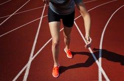 Ambiti di provenienza di sport Sprinter che inizia sulla pista corrente Immagine drammatica immagini stock libere da diritti