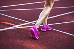 Ambiti di provenienza di sport Sprinter che inizia sulla pista corrente Immagine drammatica Immagine Stock