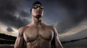 Ambiti di provenienza di sport Giovane condizione atletica del nuotatore vicino al fiume di tramonto fotografia stock libera da diritti