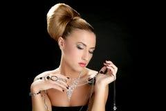 Ambitie en hebzucht in maniervrouw met juwelen stock afbeeldingen