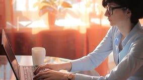Ambitieonderneemster in bureau met laptop stock footage