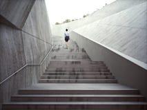 Ambitiesconcept met een onderneemster die op abstracte treden beklimmen Stock Afbeelding