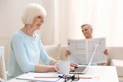 Ambitieuze actieve bejaarde dame die als freelancer werken Royalty-vrije Stock Afbeeldingen