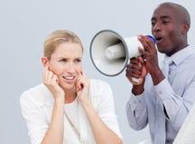Ambitieuze zakenman die door een megafoon schreeuwt Stock Foto