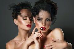 Ambition. Hanker. Två sexiga önskvärda kvinnor i erotiskt krama för omfamning Fotografering för Bildbyråer