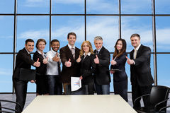 Ambitni ludzie biznesu podpisywali kontrakt fotografia stock