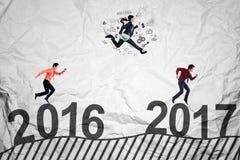 Ambitni ludzie współzawodniczą w kierunku 2017 Obraz Stock