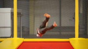 Ambitny młodego człowieka szkolenie na trampoline zbiory wideo