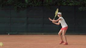 Ambitny zdecydowany nastoletni dziewczyna gracz w tenisa koncentruje i skupia się na uderzeniu z konkurencyjnym duchem gry i kant zbiory wideo