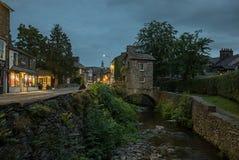 Ambleside miasteczko, Angielski Jeziorny okręg przy nocą Obraz Stock