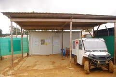Amblulance-Auto unter Fahrzeughalle Stockfotos