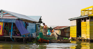 Люди Ambodian живут на озере сок Tonle Стоковая Фотография