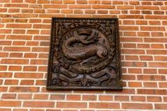 AMBOISE, ФРАНЦИЯ - ОКОЛО ИЮНЬ 2014: Деревянное изображение саламандра на стене в замке Amboise стоковые изображения