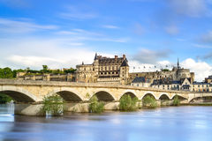 Amboise, by, bro och medeltida slott. Loire Valley Frankrike Royaltyfria Foton