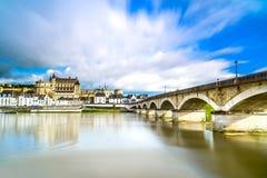 Amboise, by, bro och medeltida slott. Loire Valley Frankrike Arkivfoto