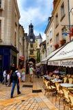 AMBOISE, FRANCIA - CIRCA JUNIO DE 2014: Paseo de los turistas en la calle estrecha de Amboise Foto de archivo