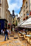 AMBOISE, FRANKRIJK - CIRCA JUNI 2014: De toeristen lopen in smalle straat van Amboise Stock Foto