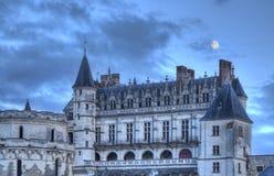 Amboise slott med månen över Arkivfoton