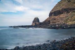 Ambona rockowy widok od otoczak plaży Fotografia Stock