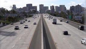 Ambos lados de una autopista sin peaje con tráfico almacen de video
