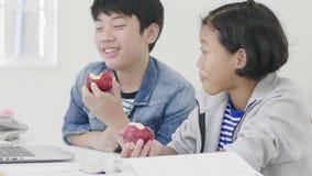 Ambos niños están comiendo manzanas Y también haga la preparación