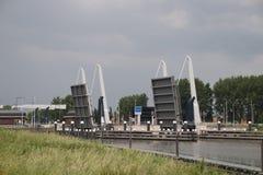 Ambos puentes levadizos sobre el Gouwe son ampliables inscribir la esclusa gemela Julianasluis en Gouda imágenes de archivo libres de regalías