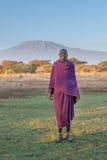 AMBOSELI KENYA - September, 20: Ung Masaiman och Kilimanjaro Arkivfoto