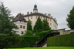Ambras城堡Schloss Ambras位于在因斯布鲁克上的小山和宫殿的新生16世纪城堡 免版税图库摄影