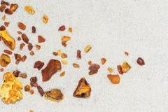Ambrato i pezzi di ambra nella sabbia sulla spiaggia immagine stock libera da diritti