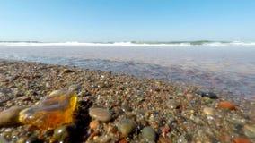 Ambre dans le ressac de la mer baltique clips vidéos