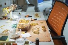 Ambre Le processus de la fabrication perle du sunstone avec l'aide du fil et de l'aiguille Images libres de droits