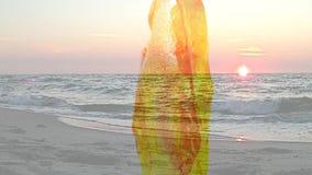 Ambre sur une table de tour avec la mer et un coucher du soleil banque de vidéos