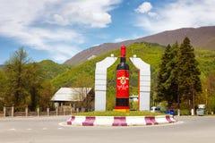 Ambrolauri, Georgië - 28 April 2017: Monument aan de fles wijn Khvanchkara Stock Foto