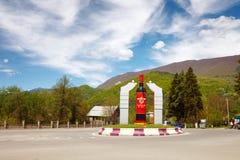 Ambrolauri, Georgië - 28 April 2017: Monument aan de fles wijn Khvanchkara Stock Afbeelding