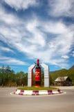 Ambrolauri, Gruzja - 28 2017 Kwiecień: Zabytek butelka wino Khvanchkara Zdjęcie Royalty Free
