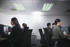 Ambtenaren bezig het werken in bureau royalty-vrije stock afbeeldingen