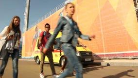 A ambulância amarela moderna está no dever na grande tela filme