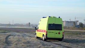 A ambulância chegou Abra o campo vídeos de arquivo