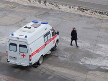 A ambulância em Omsk espera o paciente Fotografia de Stock Royalty Free