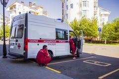 A ambulância está no parque de estacionamento que espera o paciente imagem de stock royalty free