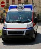 Ambulância na cidade durante uma emergência com sirenes Fotos de Stock Royalty Free