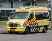 Ambulance dans l'action dans l'ijssel aan de repaire de nieuwerkerk les Pays-Bas images stock
