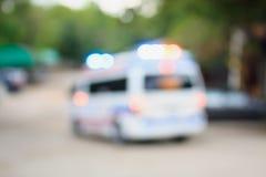 Ambulance entraînant une réduction la route photos stock
