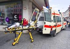 Ambulance et civière images stock
