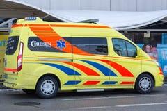 Ambulance jaune autrichienne garée dans la rue Images stock