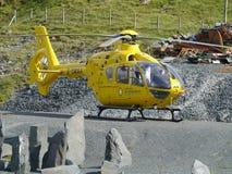 Ambulancia aérea parqueada en la tierra de la grava Fotografía de archivo