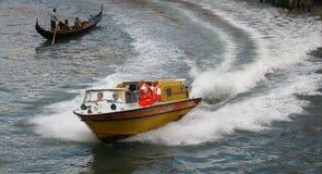 Ambulancia de Venecia en la acción Imagen de archivo libre de regalías